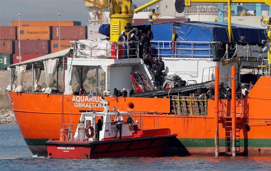 El Aquarius llega al puerto de Valencia para acoger a los 629 inmigrantes rescatados