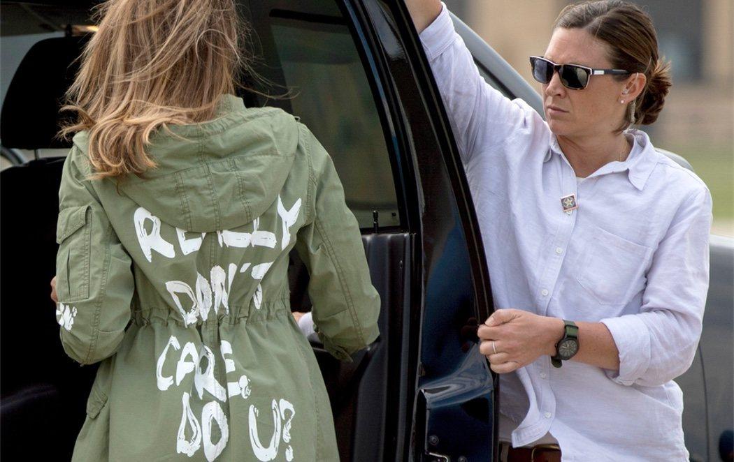 """""""A mi no me importa, ¿y a ti?"""": la polémica chaqueta con la que Melania visita a los niños migrantes"""