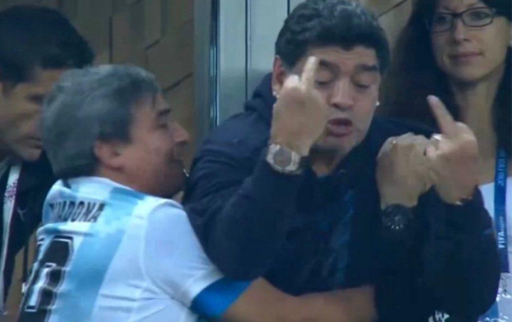 Preocupante el estado de Maradona durante el partido entre Argentina y Nigeria