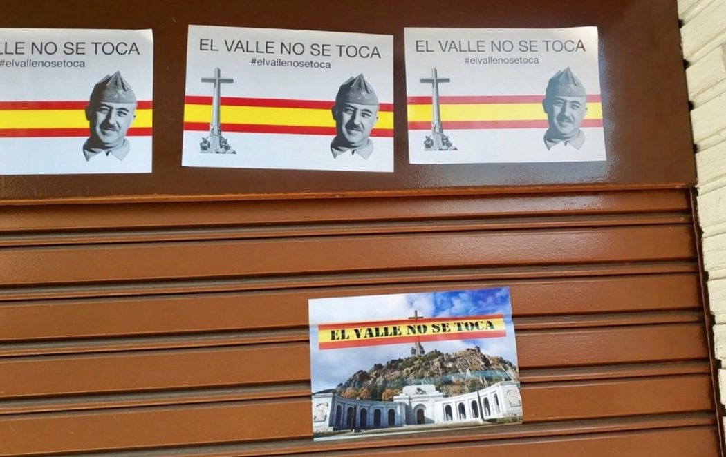 """Carteles de apoyo a Franco en la sede del PSOE en Alcalá de Henares: """"El Valle no se toca"""""""