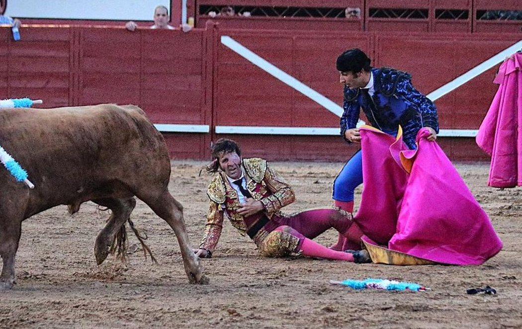 Un toro le arranca parte del cuero cabelludo a Juan José Padilla