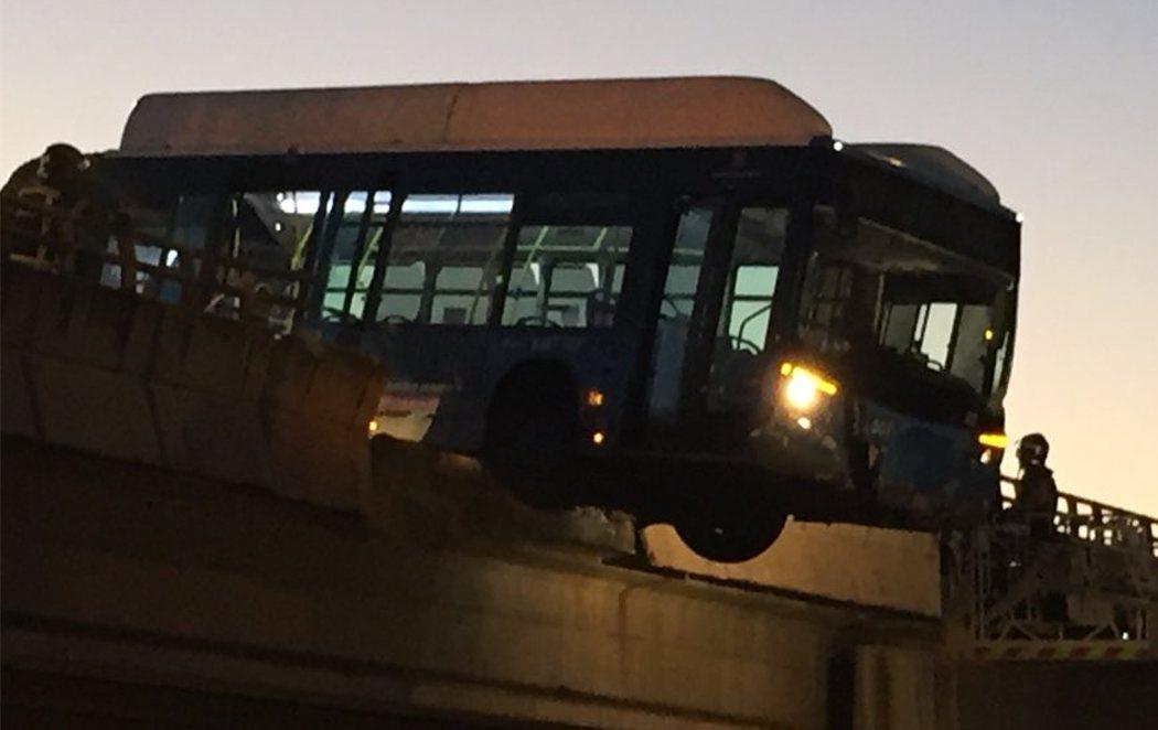 Un autobús queda suspendido en un puente de Madrid camino del Mad Cool