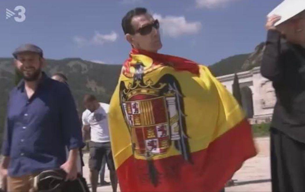 Fabio McNamara, en el Valle de los Caídos con bandera franquista para evitar la exhumación de Franco