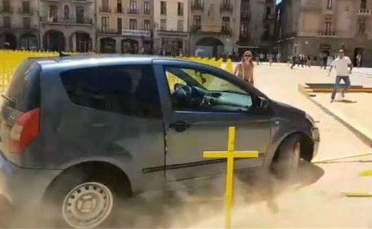 Un coche arrolla en Vic decenas de cruces amarillas en una plaza peatonal