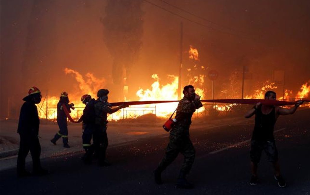 Al menos 60 muertos y 172 heridos en los incendios que rodean la ciudad de Atenas