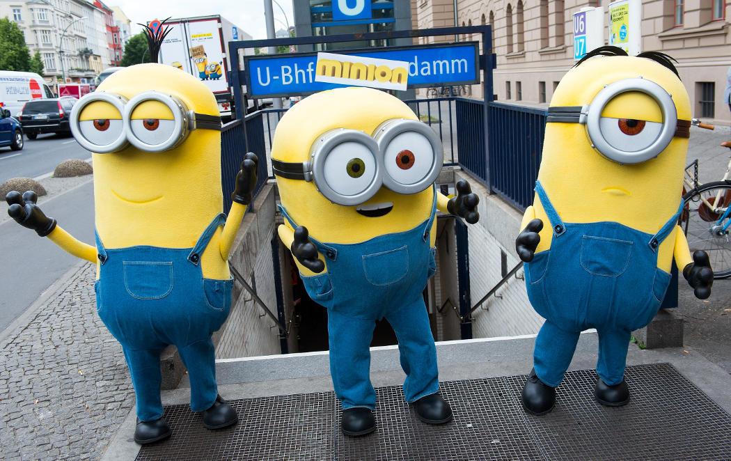 Los Minions en Berlín buscando un malo al que servir