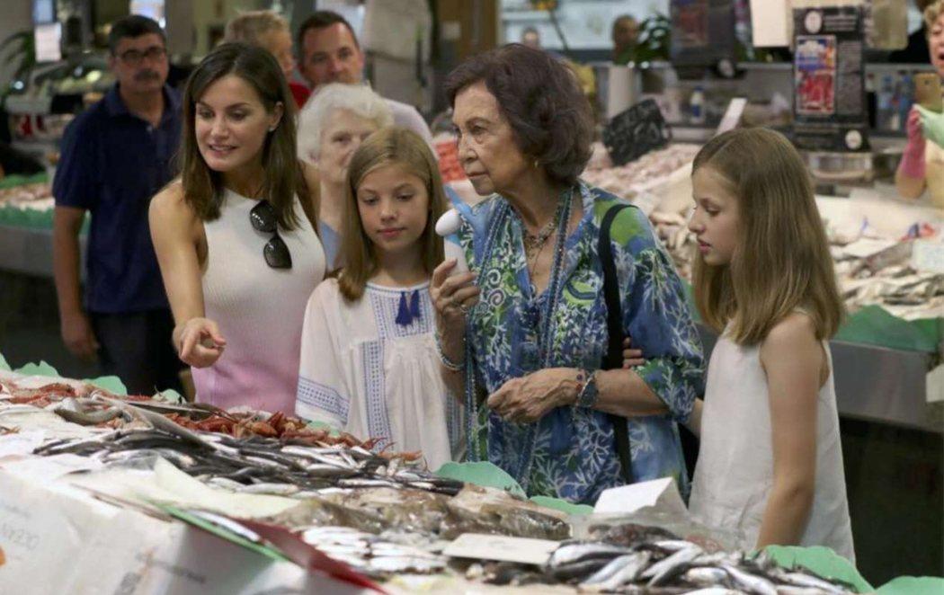 La reina Letizia, doña Sofía y las infantas Leonor y Sofía se van juntas a la pescadería en Palma