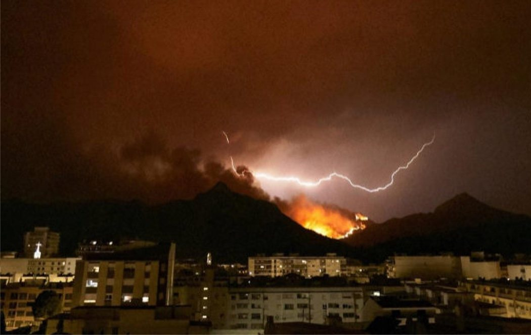 El incendio que permanece activo en Valencia provoca 3.000 evacuados y quema varias casas en Gandía