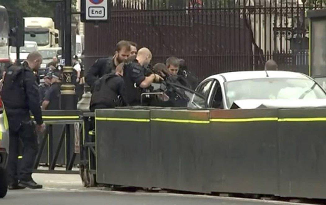 Detenido bajo sospecha de terrorismo tras empotrar su coche frente a las barreras del Parlamento británico
