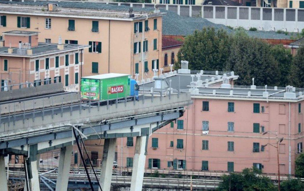 Se libra por 3 metros de caer por el viaducto de Génova