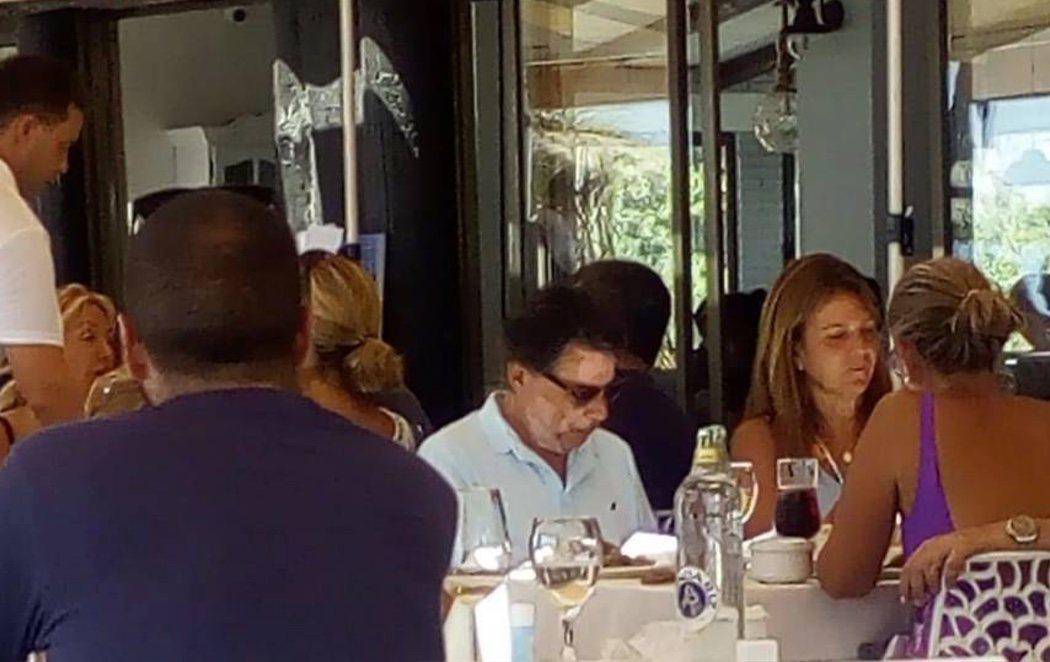 Ignacio González, de vacaciones en Marbella y recibiendo muestras de apoyo mientras espera juicio