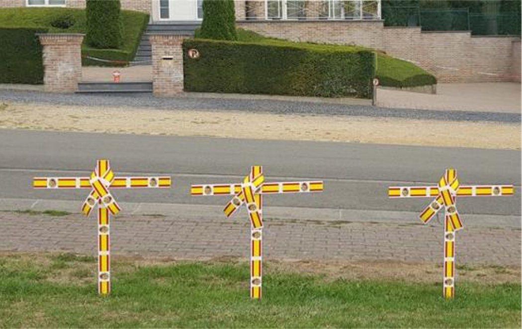 Colocan cruces con la bandera de España frente a la casa de Puigdemont en Waterloo