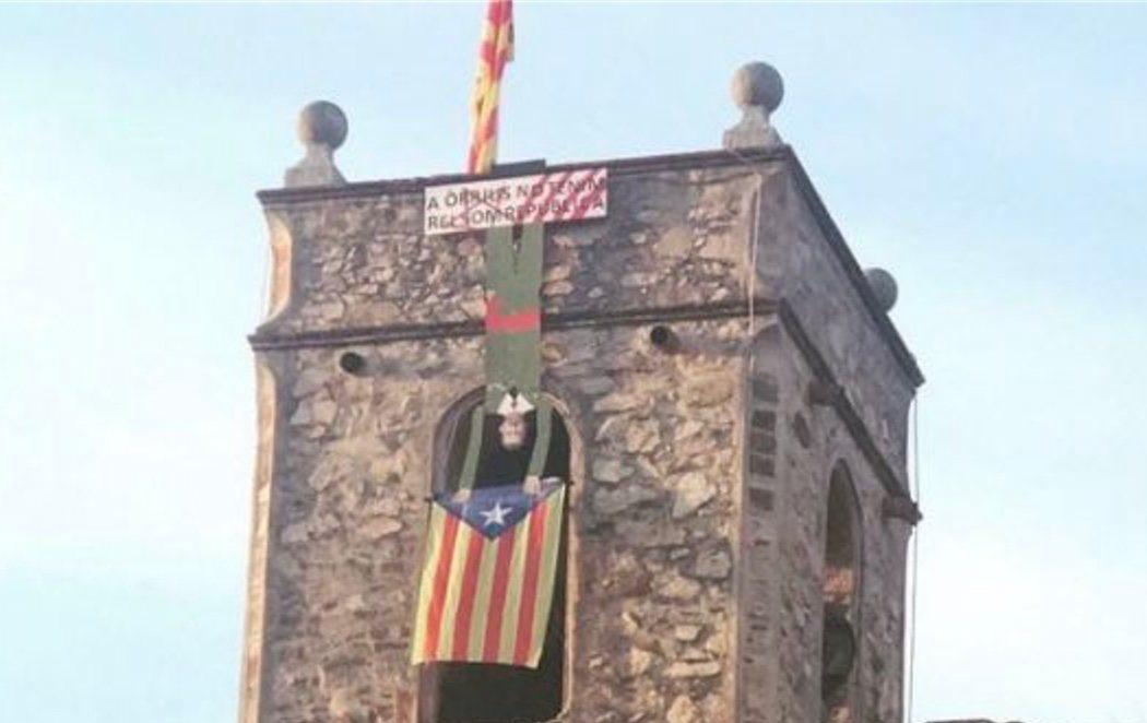 Una iglesia barcelonesa cuelga de su campanario un muñeco de Felipe VI boca abajo