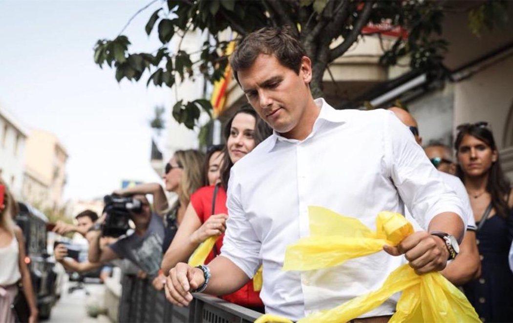 Albert Rivera e Inés Arrimadas retiran lazos amarillos de las calles de Barcelona