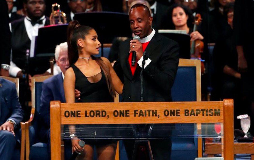 Ariana Grande, manoseada por el obispo del funeral de Aretha Franklin