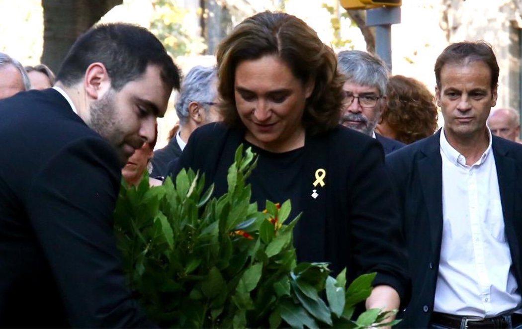 Ada Colau celebra la Diada con un lazo amarillo en su solapa