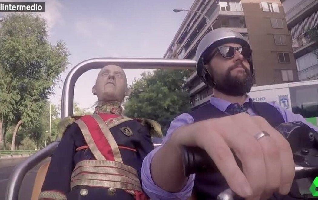 'El Intermedio' saca de paseo a Franco para mostrarle cómo ha cambiado España