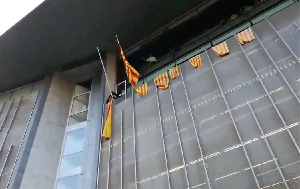 Los CDR asaltan la Subdelegación de la Generalitat en Girona y cambian la bandera española por la estelada