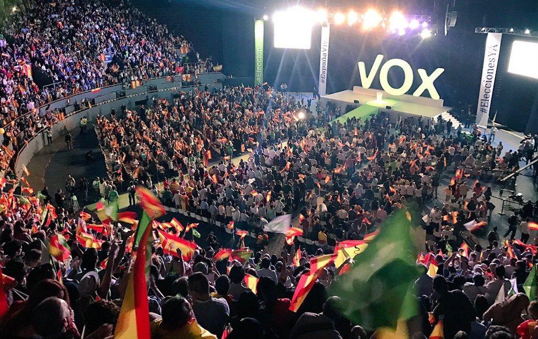 El padre de Monedero, el torero Morante de la Puebla y Sánchez Dragó: el acto de VOX ante 10.000 banderas nacionales