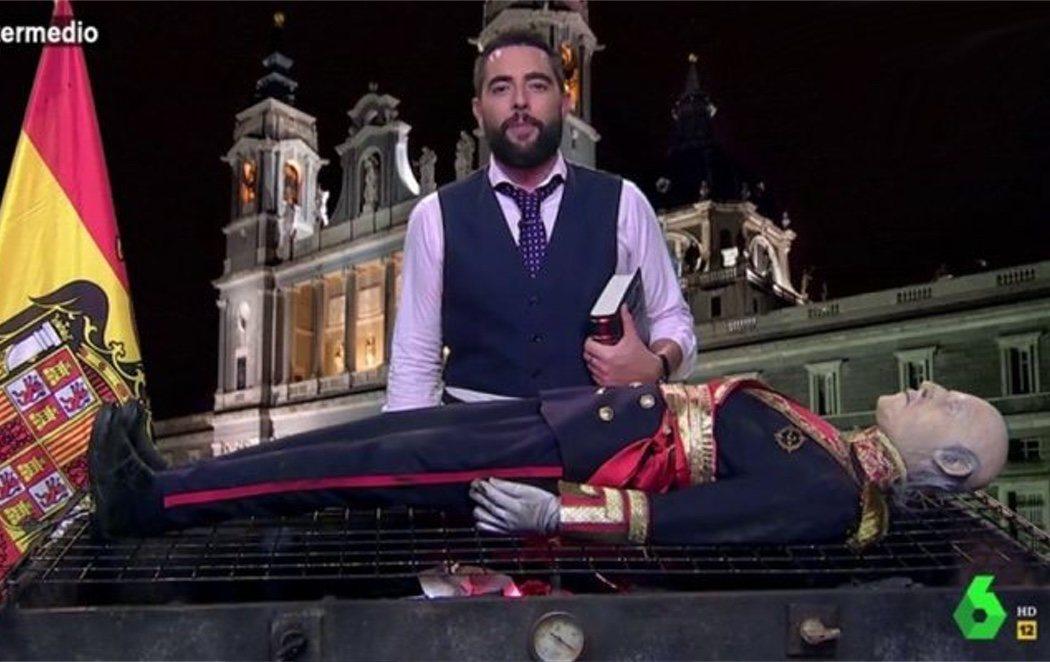 Dani Mateo incinera en directo a Franco a ritmo de 'La Barbacoa'