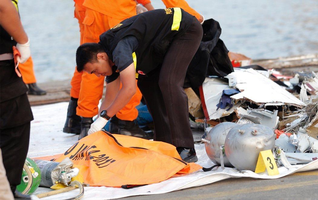 Las autoridades dan por muertas a las 189 personas que viajaban en el avión accidentado en Indonesia