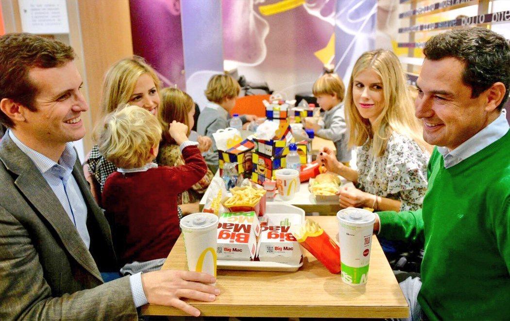 Twitter estalla contra Pablo Casado por una foto comiendo en el McDonald's de Sevilla