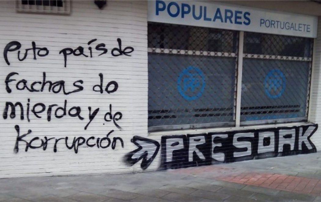 Día de la Memoria en el País Vasco: pintadas en favor de los presos de ETA en una sede del PP