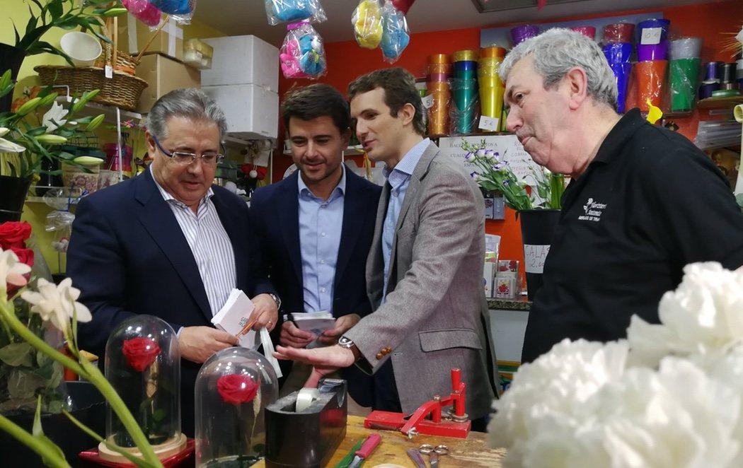 Pablo Casado se confía a las velas de Esperanza de Triana y una estampita para las elecciones