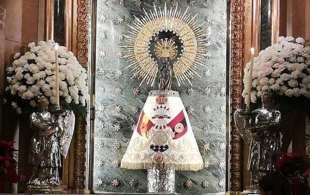 La Virgen del Pilar viste un manto falangista en vísperas del 20-N