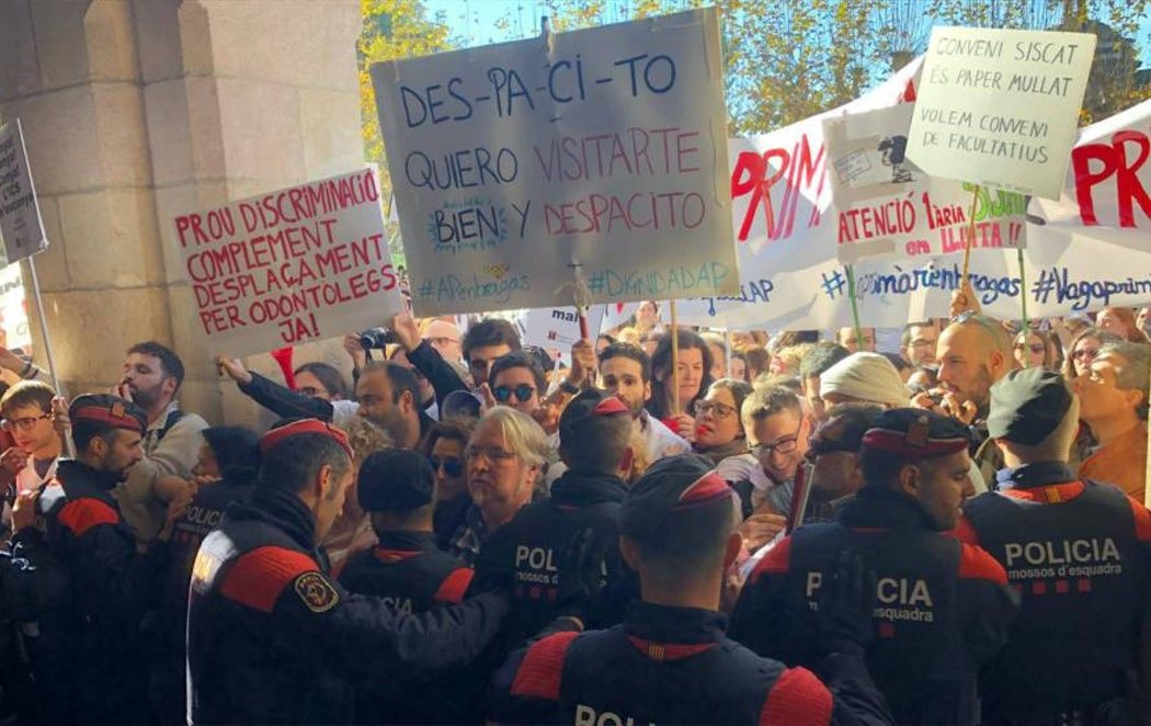 Tensión entre los Mossos y un grupo de médicos, profesores, estudiantes y bomberos por los recortes de la Generalitat