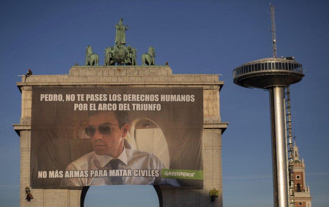 Greenpeace cuelga un cartel pidiendo a Pedro Sánchez que no venda armas a Arabia Saudí