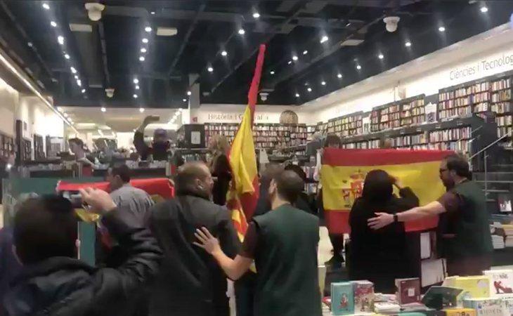 Encapuchados de extrema derecha entran en la presentación del libro de Pablo Iglesias con banderas de España