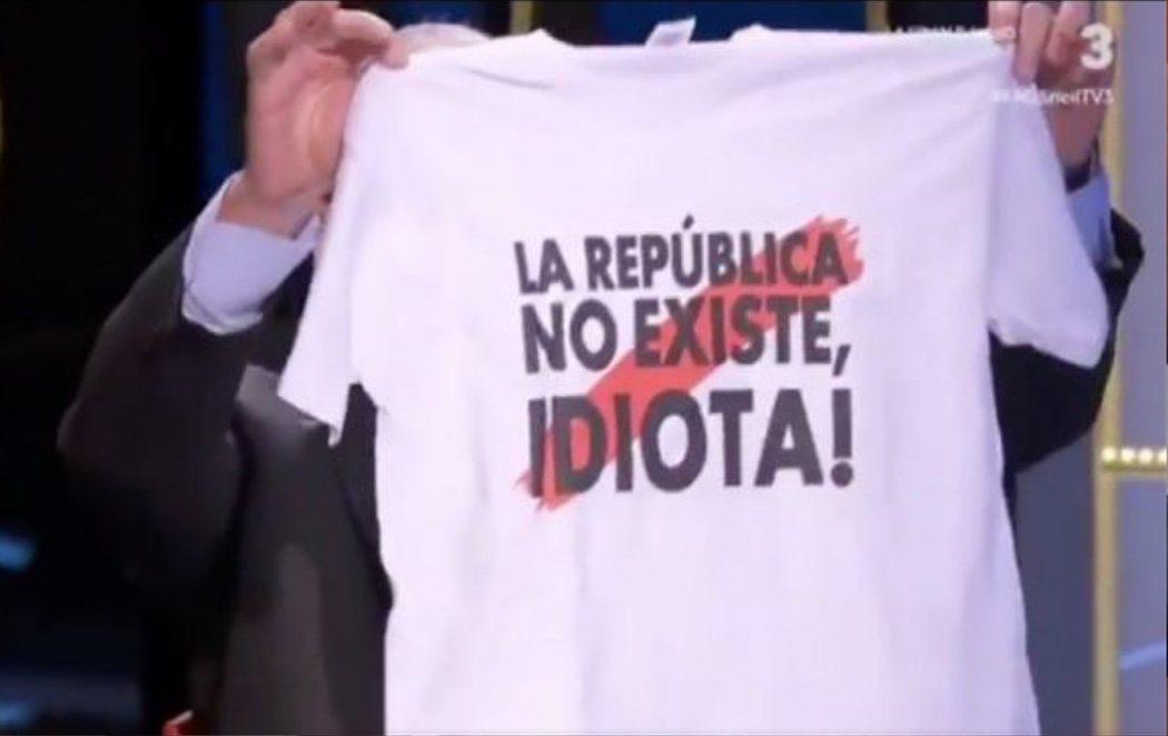 """El líder del PP en Barcelona regala en TV3 una camiseta con el lema: """"¡La república no existe, idiota!"""""""