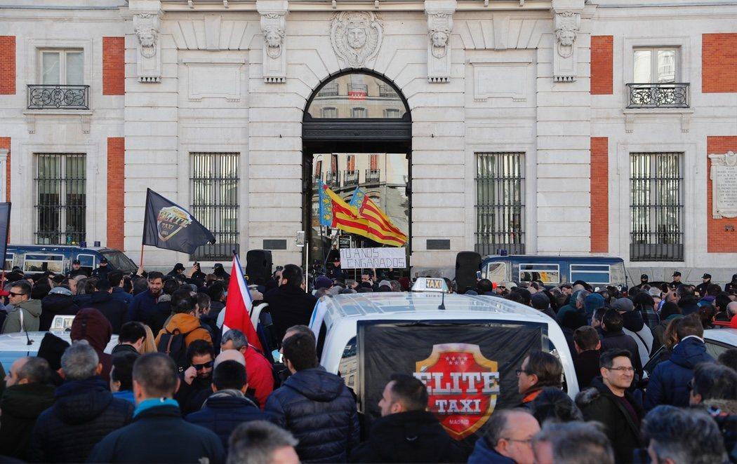 Los taxistas se lanzan a la huelga indefinida para protestar contra Uber y Cabify