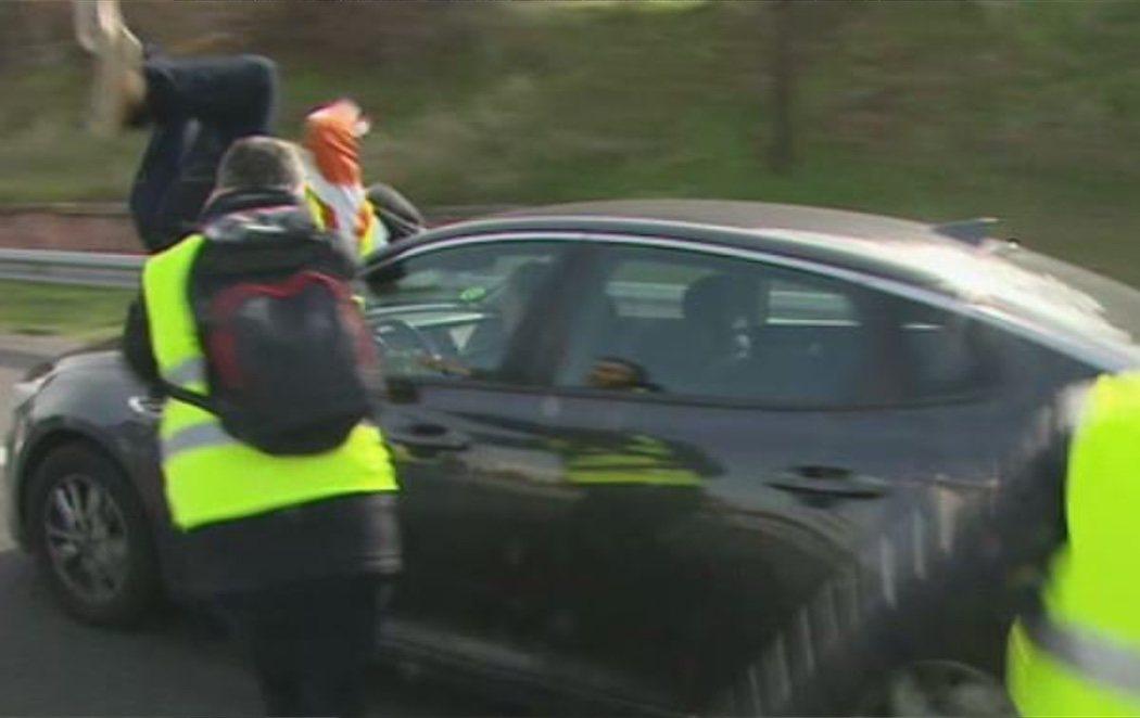 Un taxista herido grave tras abalanzarse contra un coche en pleno bloqueo de la A-2