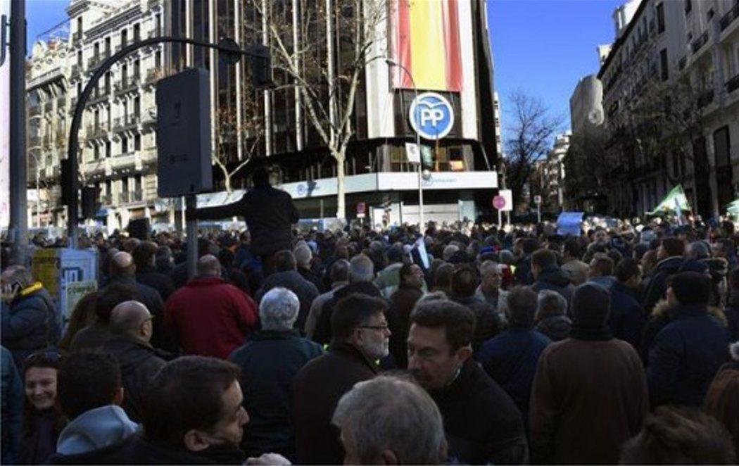 """Los taxistas cercan Génova para gritar """"corruptos"""" al PP"""