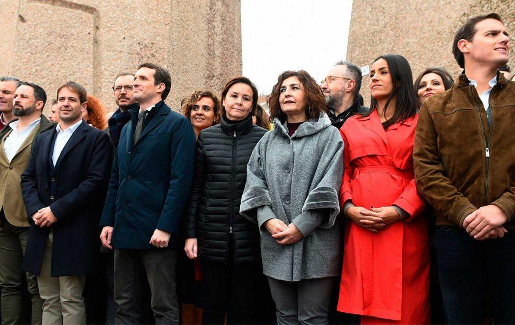 La derecha y la extrema derecha concentra a miles de personas en Colón en contra de Pedro Sánchez