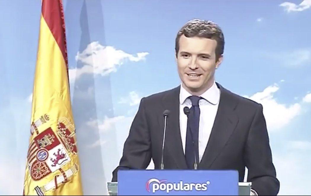 """Acusan a Casado de """"apropiarse"""" de la bandera de España durante su comparecencia"""