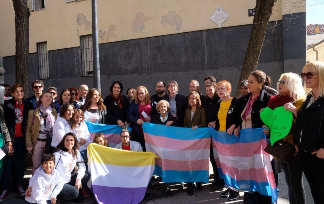 Manuela Carmena inaugura la Plaza de la Memoria Trans en Madrid