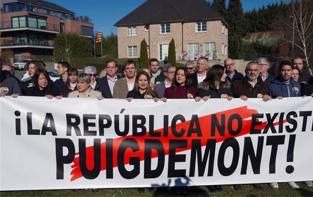 """Inés Arrimadas, frente a la casa de Puigdemont en Waterloo: """"La República no existe"""""""