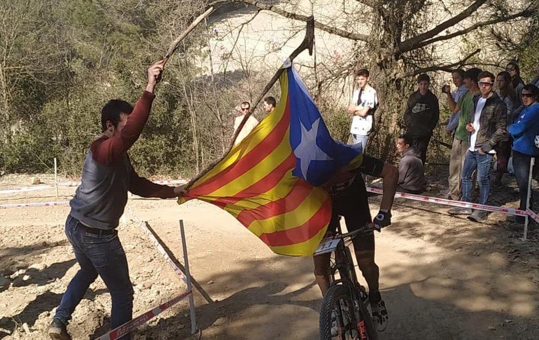 Un independentista derriba al ciclista español Carlos Coloma con una estelada