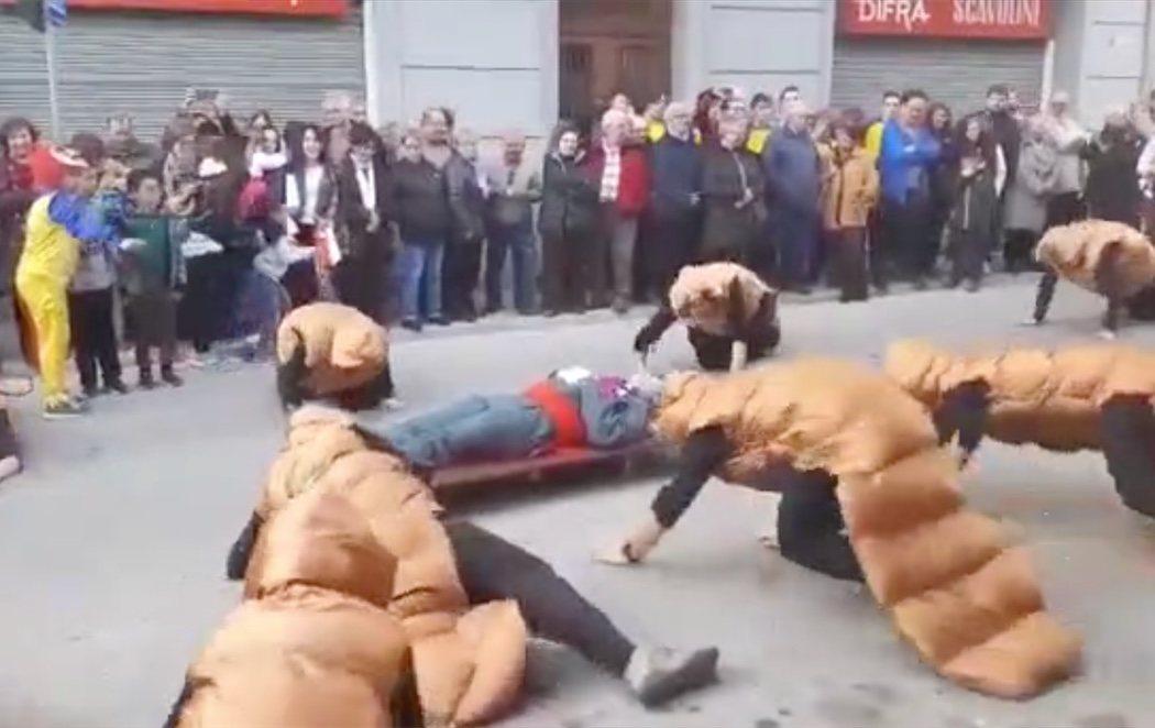 El independentismo celebra el Carnaval con disfraces de cucarachas y cadáveres de legionarios