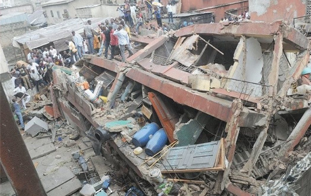 Más de 100 niños atrapados entre los escombros tras derrumbarse una escuela de Nigeria