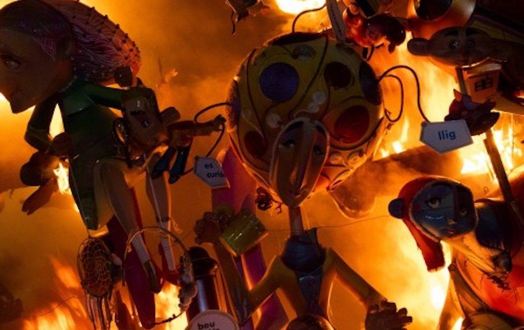 El fuego arrasa unas Fallas marcadas por la campaña electoral y el feminismo