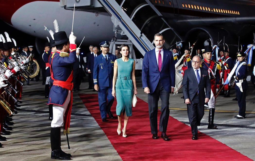 Los reyes Felipe y Letizia, encerrados una hora en el avión a su llegada a Argentina
