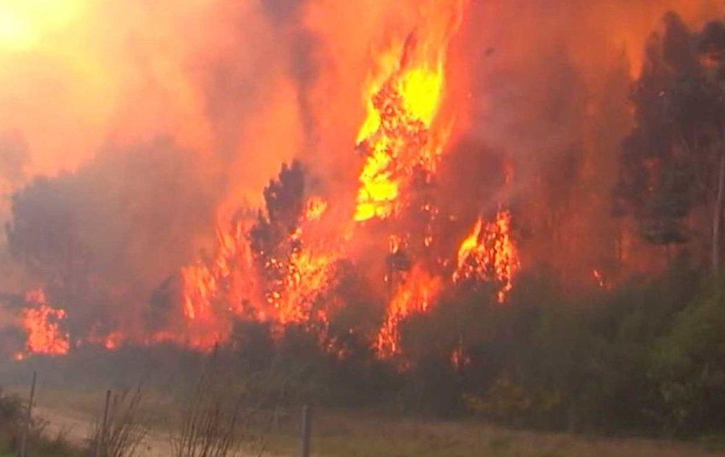 Las llamas arrasan casi 1.000 hectáreas en el incendio de Rianxo