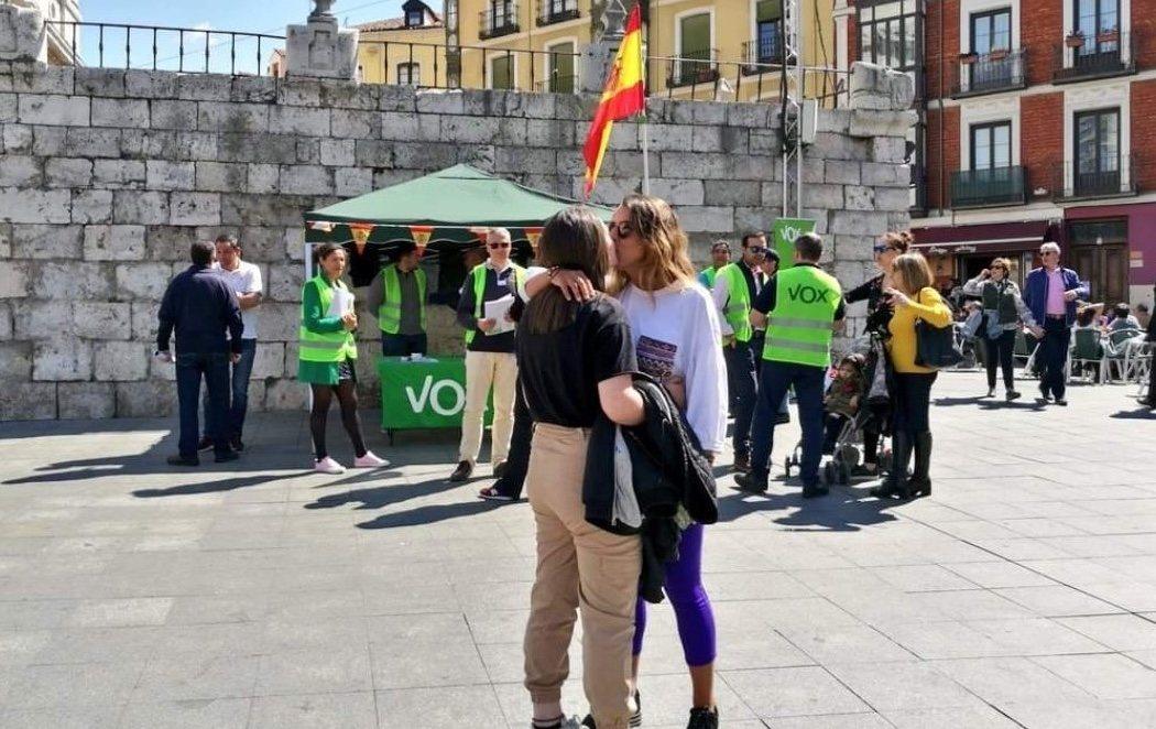 Una pareja de lesbianas se besa delante de un puesto de VOX y Twitter lo celebra