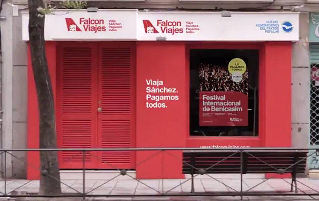El PP instala una agencia de viajes 'Falcon' junto a la sede del PSOE con fotos de las hijas de Sánchez