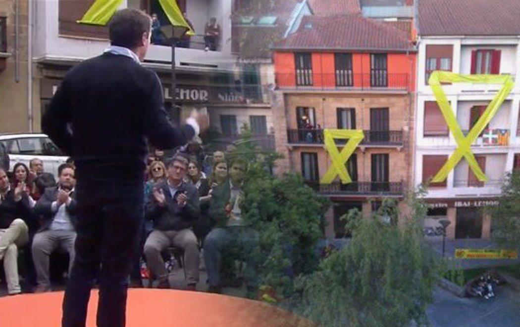 Insultos y lazos amarillos gigantes para recibir a Albert Rivera en Rentería