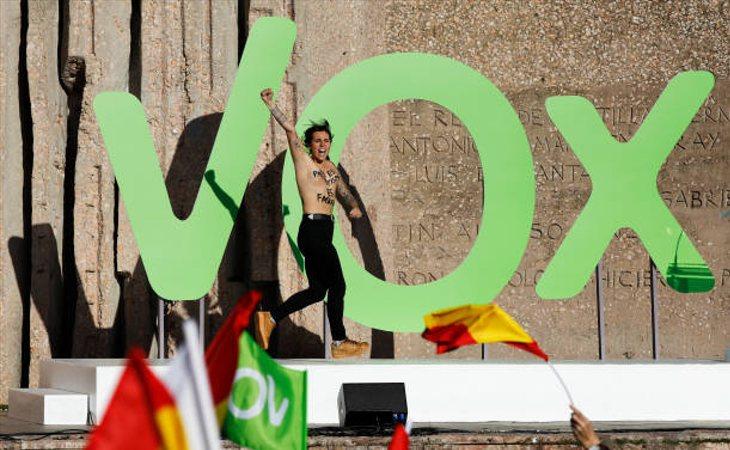 Activistas de Femen interrumpen el último acto de VOX en Colón